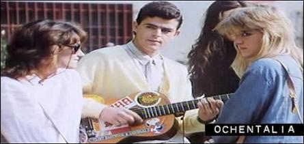 Ricky Lacoste con su guitarra de pegatinas de Snoopy, guitarra real del propio David Summers